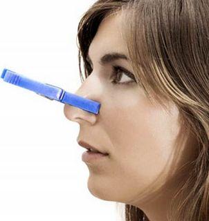 Женщина с прищепкой на носу