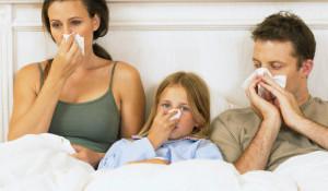 Семья с насморком в постели