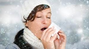 Девушка чихает зимой на улице