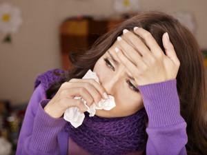 У женщины насморк и головная боль