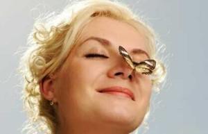 Женщина с бабочкой на носу