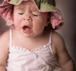Девочка готовится чихнуть