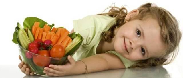 Девочка и свежие овощи