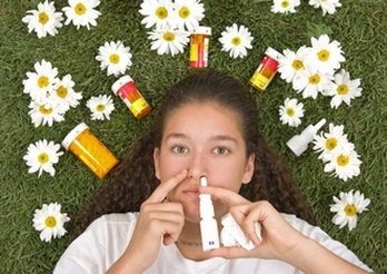 Женщина впрыскивает лекарство в нос