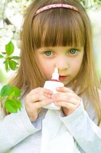 Ребенок использует назальный спрей