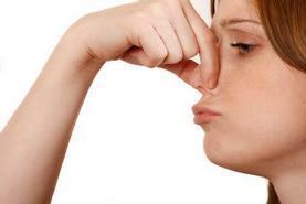 Женщина зажала пальцами нос