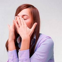 Женщина испытывает неприятные ощущения в носу