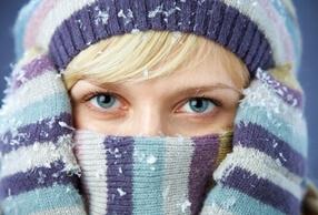 Девушка в шапке, шарфе и перчатках