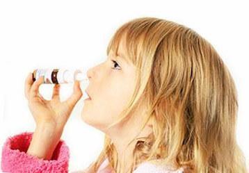 Девочка использует назальный спрей