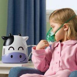 Девочка дышит лекарственным раствором