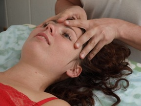 Врач осматривает голову женщины