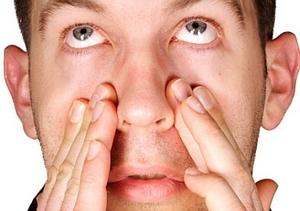 Мужчина испытывает дискомфорт в области носа