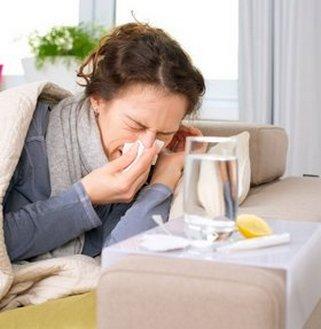 Женщина болеет гриппом