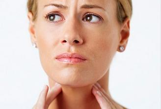 У женщины боли в горле
