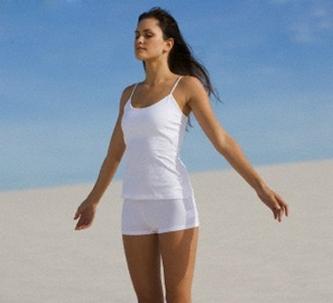 Женщина выполняет упражнение дыхательной гимнастики