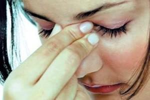 Женщину беспокоит отек слизистой оболочки носа