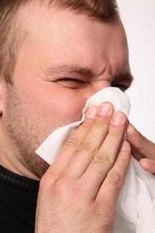 У мужчины отек слизистой носа и насморк