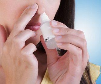 Женщина готовится закапать капли в нос