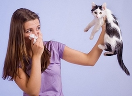 У девушки аллергический отек носа