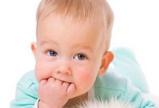 У новорожденного режутся зубки