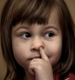 Палец в носу у девочки