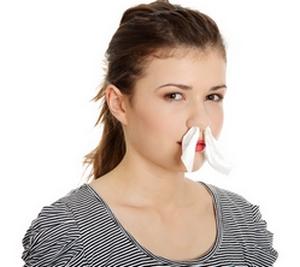 Женщина вставила в нос тампоны пропитанные хозяйственным мылом