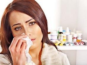Женщина с платком на фоне лекарств