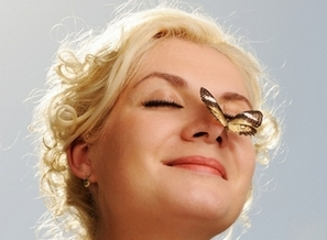 Бабочка на здоровом носу у женщины