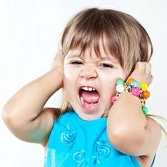 Маленькая девочка капризничает