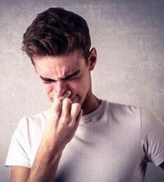 У парня дискомфорт в носу