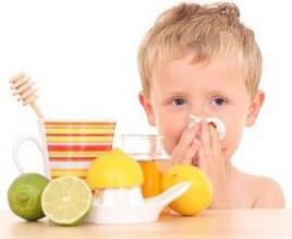 Мальчик с носовым платком, лимон и чай