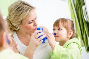 Мама учит дочку промывать нос