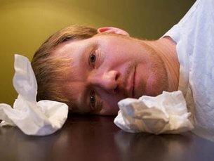 Мужчина и использованные бумажные носовые платки