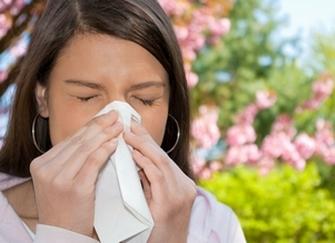 У женщины аллергический ринит