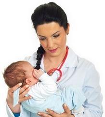 Врач держит младенца на руках