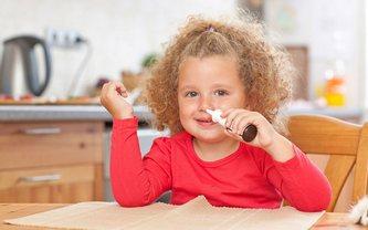 Девочка и назальный лекарственный препарат