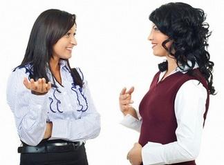 Две женщины обсуждают Аквамарис