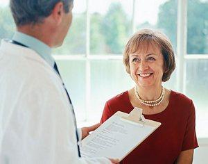 Врач и пациент обсуждают эффективность Цефтриаксона