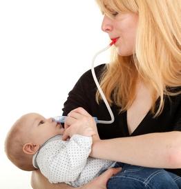 Мама отсасывает сопли у грудничка