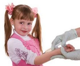 Девочке делают манту