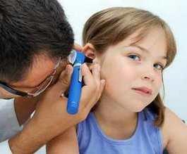Отоларинголог осматривает ухо