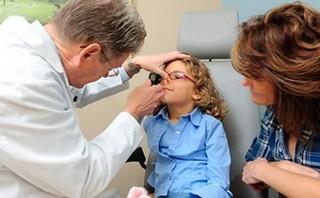 Отоларинголог проводит диагностику патологии