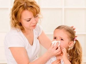Мама вытирает маленькой девочки сопли