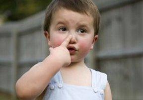 Малыш показывает на свой нос