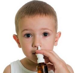 Мальчику впрыскиваю в ноздрю назальный спрей